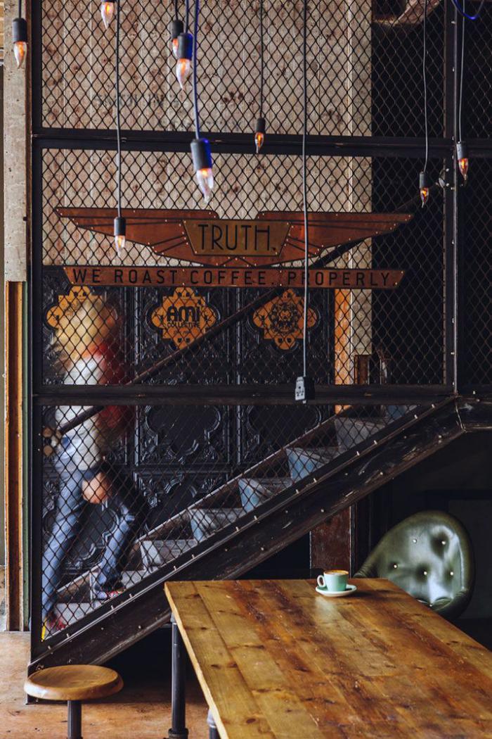 escalier-métallique-dans-un-loft-café-moderne