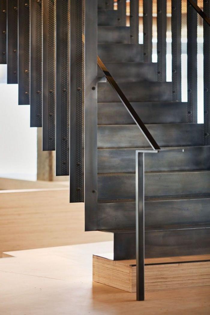 escalier-métallique-droit-design-épuré
