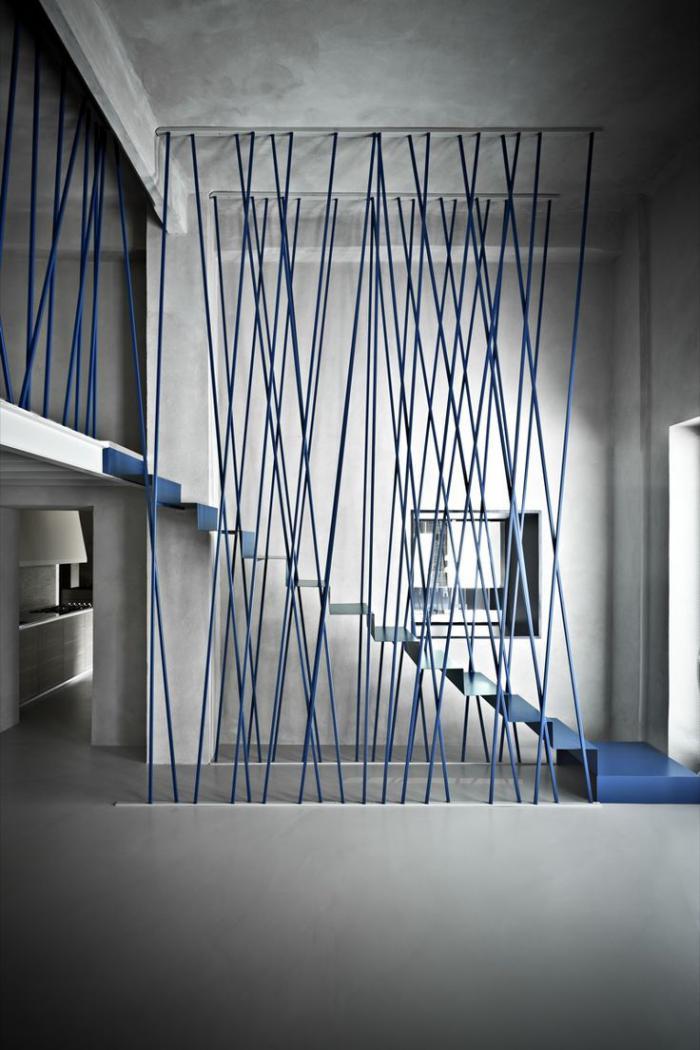 escalier-métallique-garde-corps-original-escalier-design-bleu