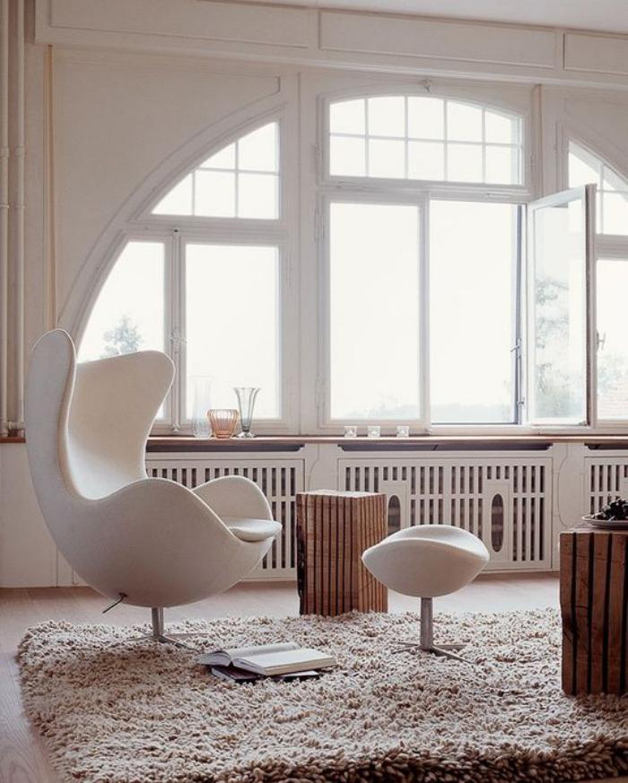 fauteuil-oeuf-ambiance-harmonieuse-fenêtre-arquée