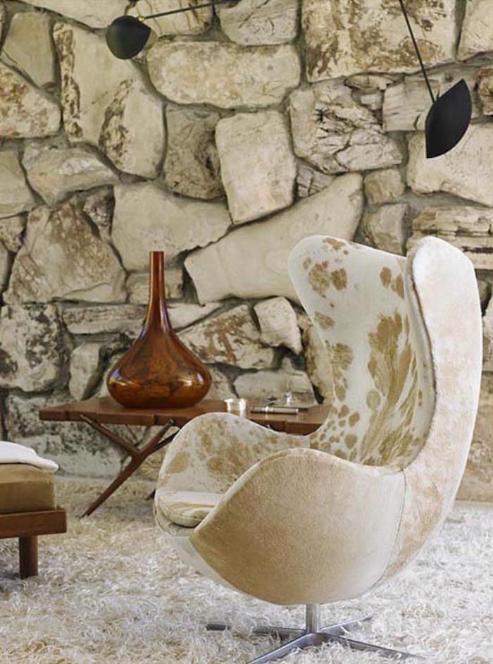 fauteuil-oeuf-chaise-arne-jacobson-et-parement-mural-en-pierre-naturelle
