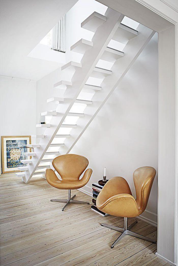 fauteuil-oeuf-deux-fauteuils-originaux-cuir-marron-escalier-blanc