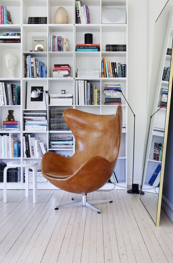 fauteuil-oeuf-en-cuir-bibliothèque-blanche-design