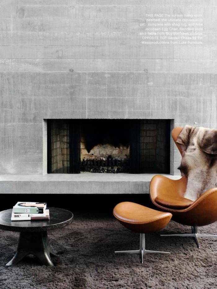 fauteuil-oeuf-et-cheminée-murale-contemporaine