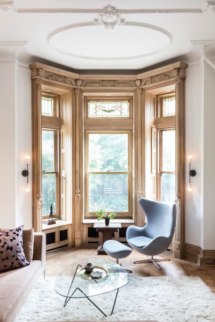 fauteuil-oeuf-fenêtres-originales-et-tapis-blanc-moelleux