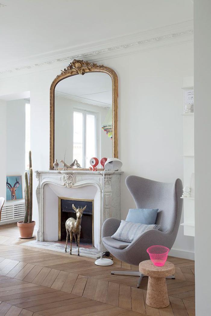 fauteuil-oeuf-gris-arne-jacobsen-chaise-et-miroir-baroque