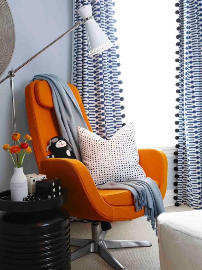 fauteuil-oeuf-orange-en-textile-et-rideaux-graphiques