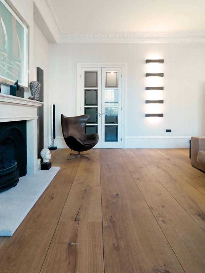 fauteuil-oeuf-pivotant-cheminée-décorative-et-sol-en-bois