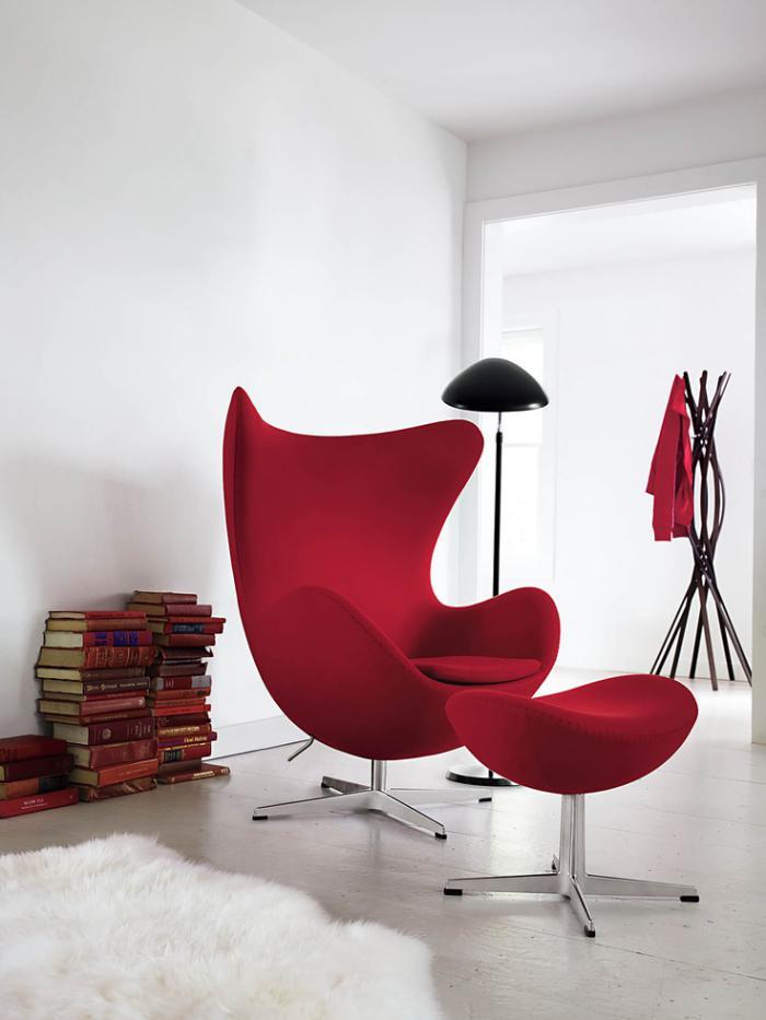fauteuil-oeuf-rouge-pièce-blanche-lampadaire-noir