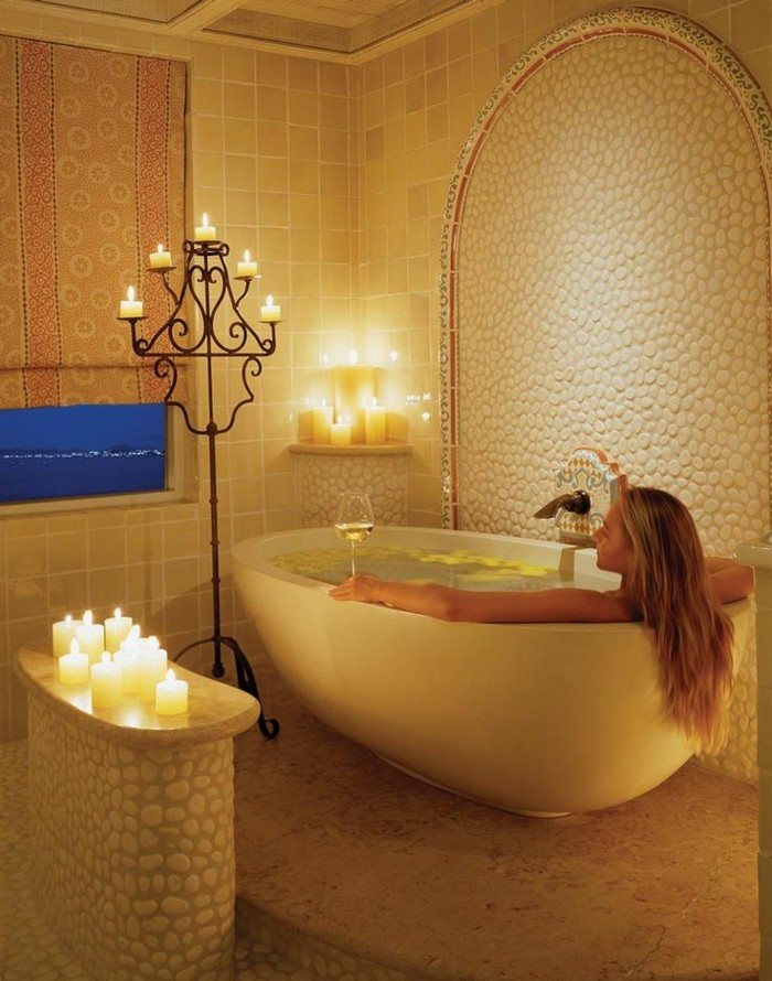 femme-dans-baignoire-ovale-encastrable-baignoire-ilot-prendre-bain-bougies