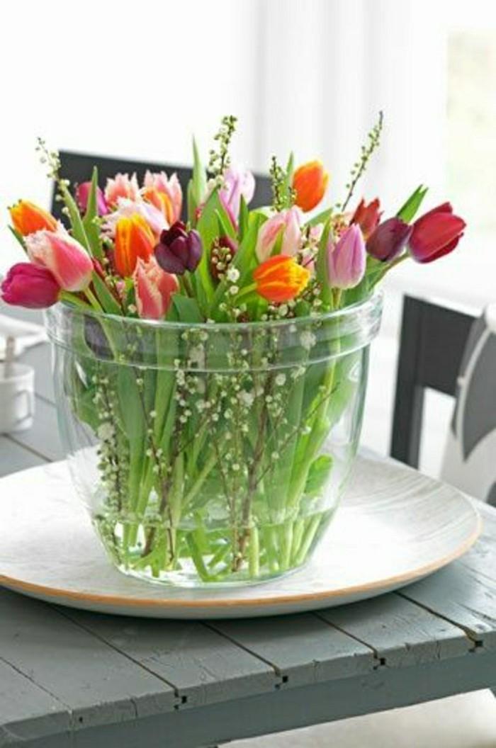 grand-vase-en-verre-transparent-avec-fleurs-pour-decorer-chez-vous-une-jolie-decoration-avec-fleurs