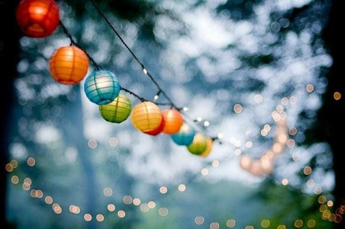 guirlande-lumineuse-boule-blanche-design -extérieur-idée