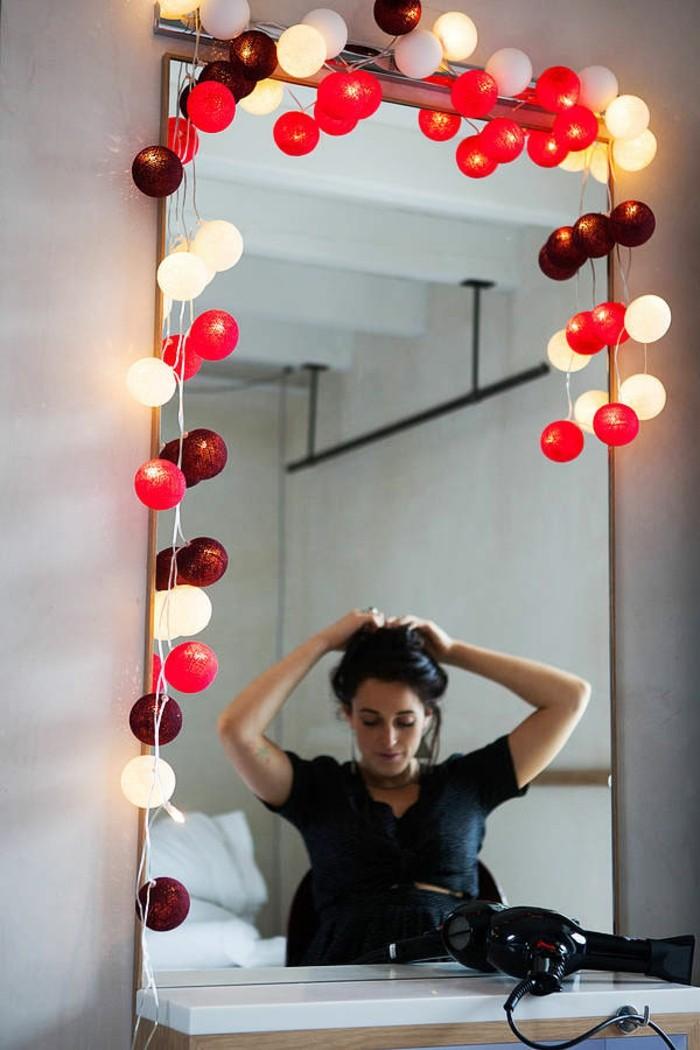guirlande-lumineuse-boule-blanche-intérieur-design-miroir-femme-coiffure