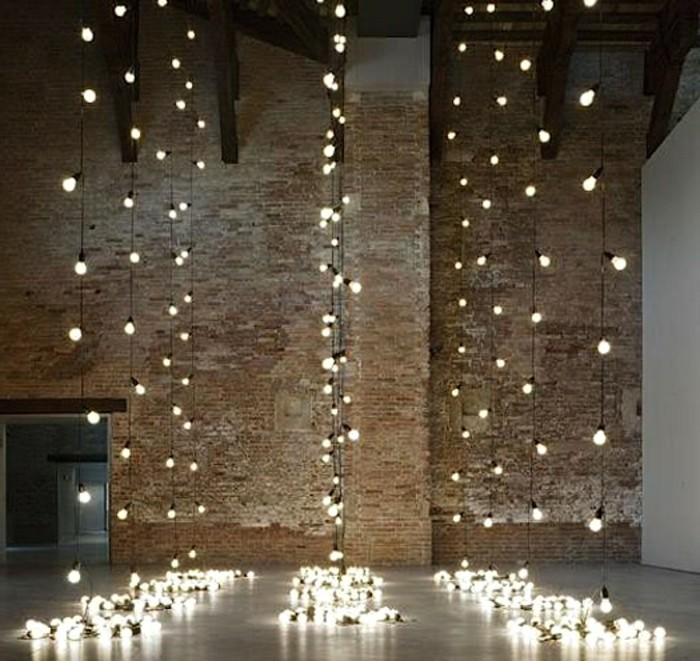 guirlande-lumineuse-boule-exterieur-idée-déco-mur-cool