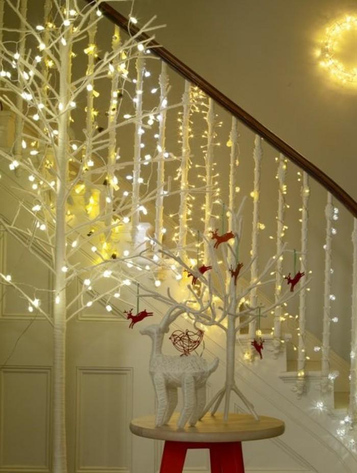 guirlandes-lumineuses-guirlande-noel-dans-le-couloir-de-la-maison-moderne-escalier-en-bois-blanc