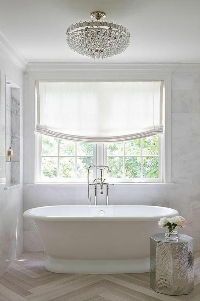 idée-baignoire-sur-pied-pas-cher-baignoire-rétro-lustre-cristal