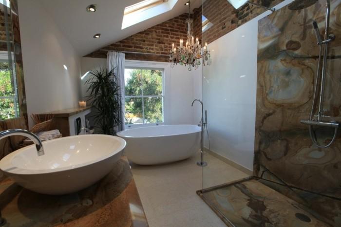 idée-baignoire-sur-pied-pas-cher-lustre-baroque-baignoire-rétro
