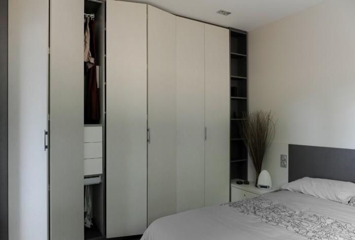 joli-design-d-amenagement-de-placard-portes-beiges-pour-la-chambre-a-coucher-beiges