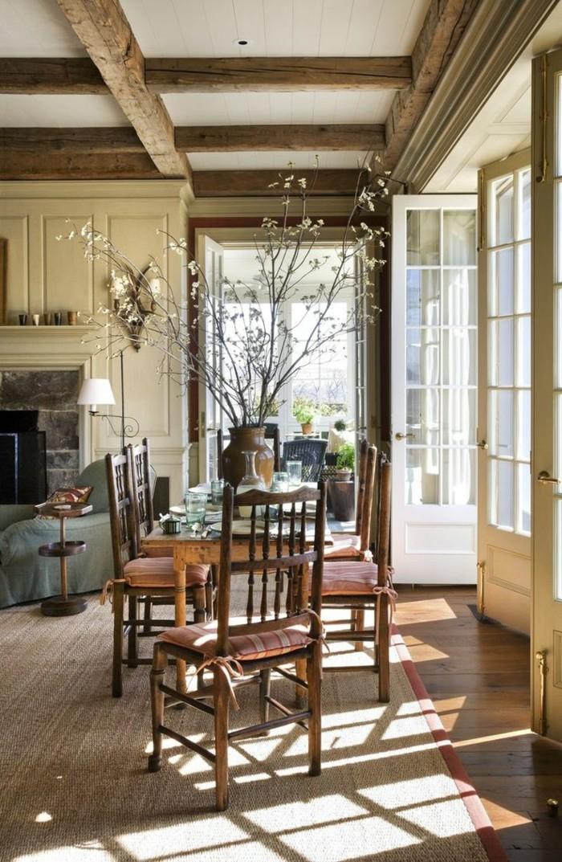 joli-salon-de-style-rustique-et-porte-chaise-en-bois-foncé-fleurs-salon-rustique