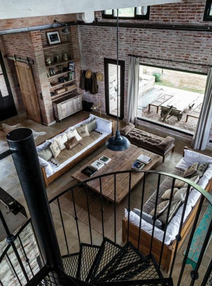 joli-salon-loft-et-associé-salon-style-industriel-avec-mur-en-briques-rouges-escalier-tournant-en-fer-noir