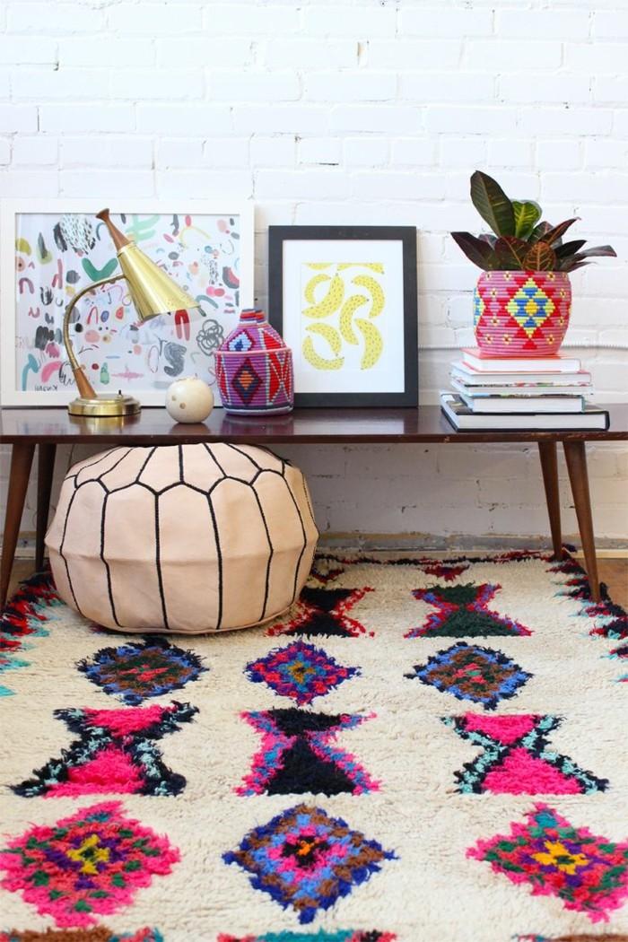 joli-tapis-saint-maclou-tapis-lesage-beige-noir-et-violette-pour-le-salon-avec-mur-blanc