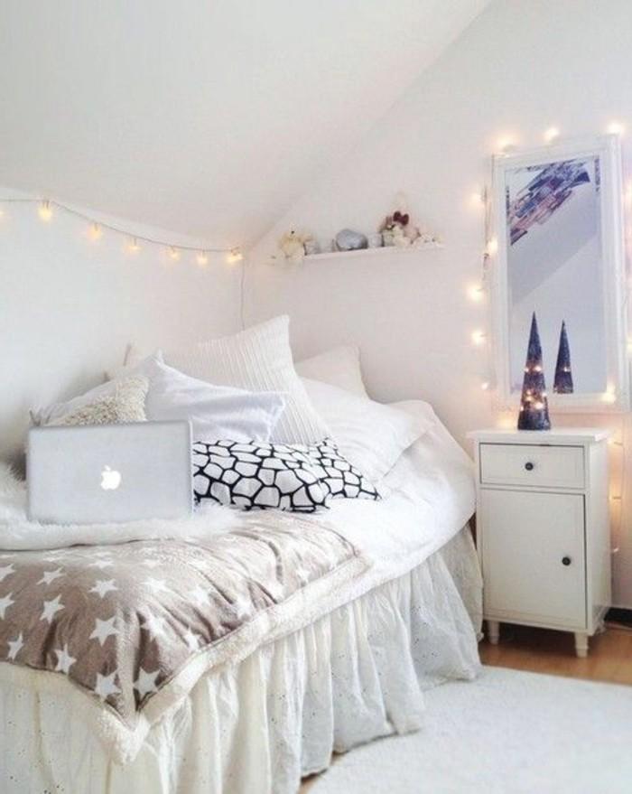 jolie-chambre-decorer-pour-noel-guirlande-noel-guirlande-ikea-sur-les-murs-blancs-dans-la-chambre-a-coucher