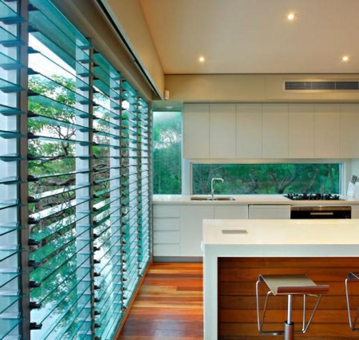 jolie-cuisine-avec--portes-placard-persiennes-sur-les-fenetres-dans-la-cuisine-vers-le-jardin