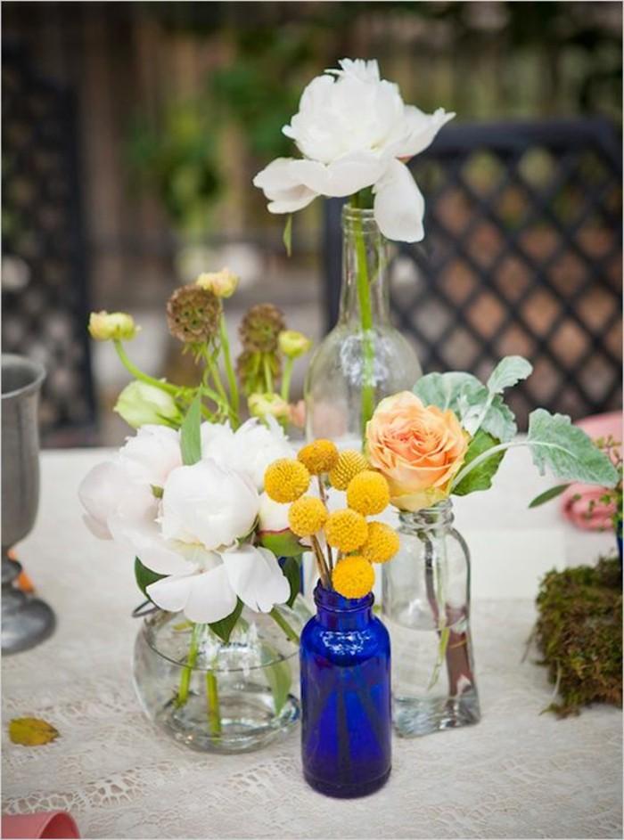 jolie-decoration-sur-la-table-avec-les-vases-en-verre-fleurs-dans-les-vases-transparents
