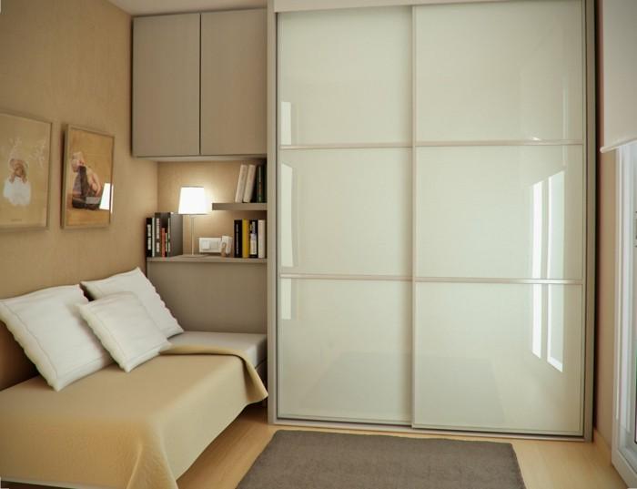 jolie-porte-de-placard-coulissante-dans-le-salon-moderne-canape-beige-coussins-blancs