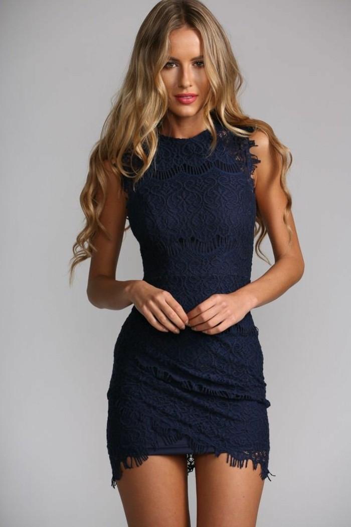 jolie--robe-de-soirée-mango-robe-pour-le-nouvel-an-de-couleur-bleu-foncé-femme-blonde