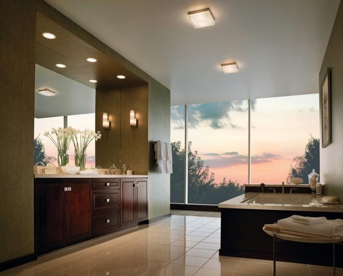jolie-salle-de-bain-avec-carrelage-beige-et-meubles-en-bois-massif-miroir-fleurs