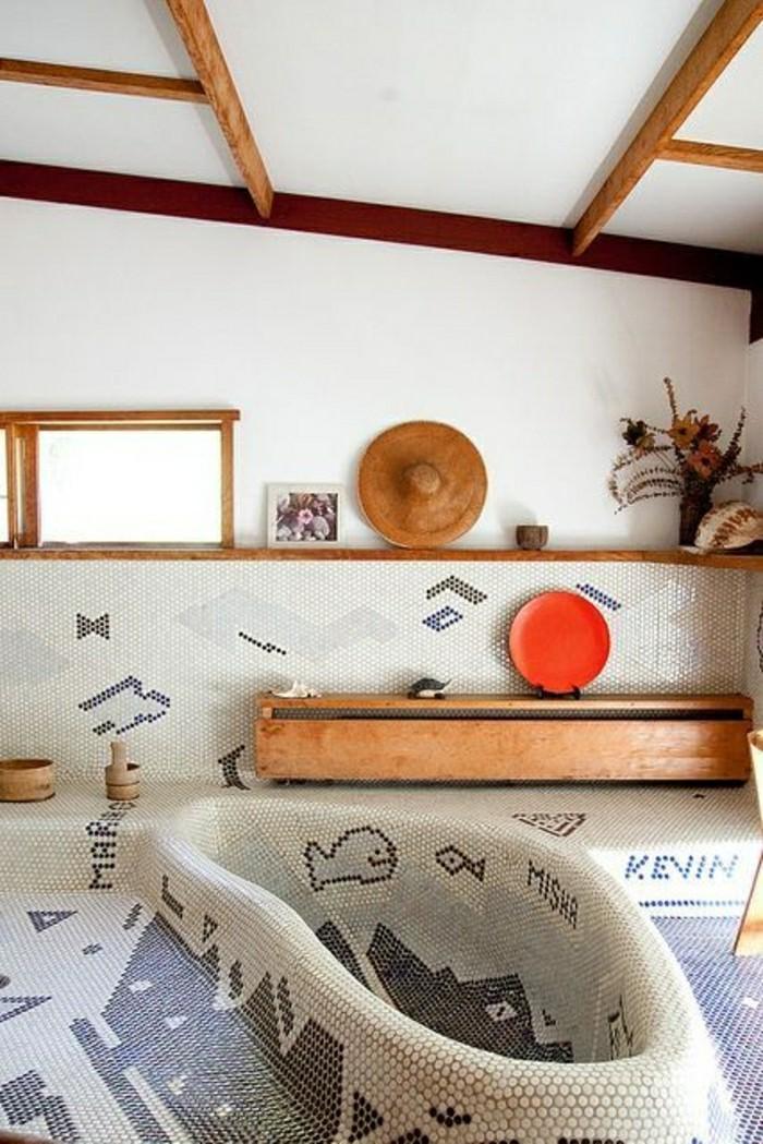 jolie-salle-de-bain-avec-carrelage-en-mosaique-beige-gris-plafond-sous-pente-baignoire-en-mosaique
