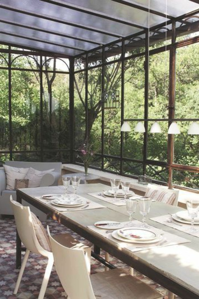 jolie-véranda-bioclimatique-pergola-bioclimatique-en-fer-et-verre-chaises-et-table-pour-la-veranda