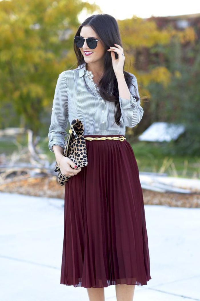 jupe-plissée-bordeaux-chemise-rayée-stylée