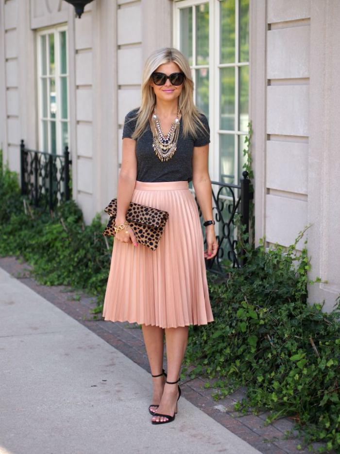 jupe-plissée-couleur-pêche-jupe-mi-longue-stylée-et-sandales-à-hauts-talons