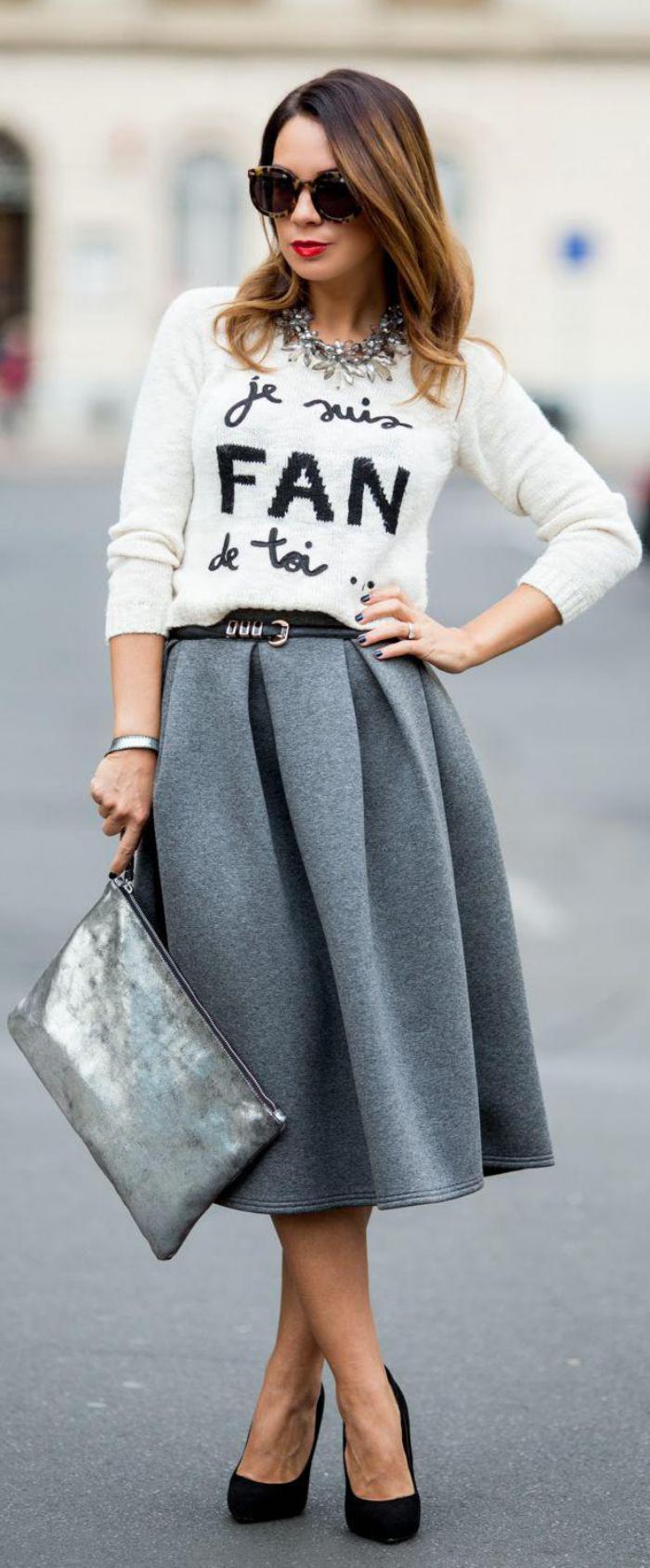 jupe-plissée-grise-et-escarpins-noirs