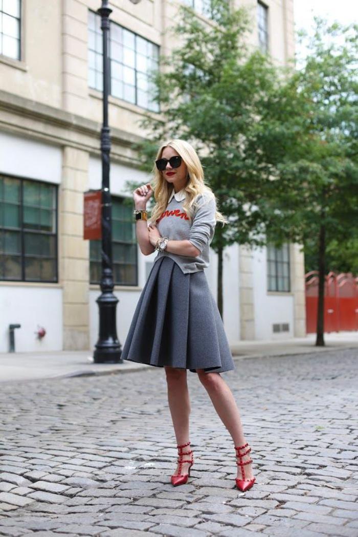 jupe-plissée-grise-sandales-rouges