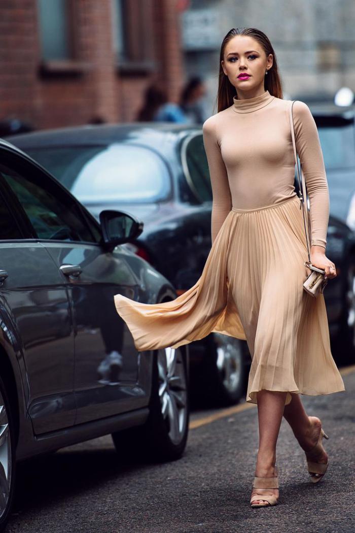 jupe-plissée-joli-outfit-couleur-nue-élégante-sandales-à-hauts-talons