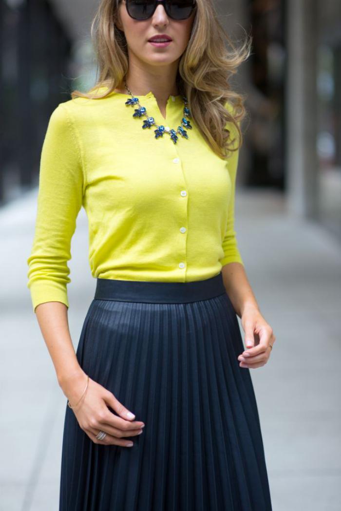 jupe-plissée-bleue-marine-combinée-avec-une-blouse-jaune