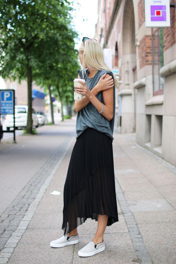 jupe-plissée-longue-asymétrique-portée-avec-sneakers