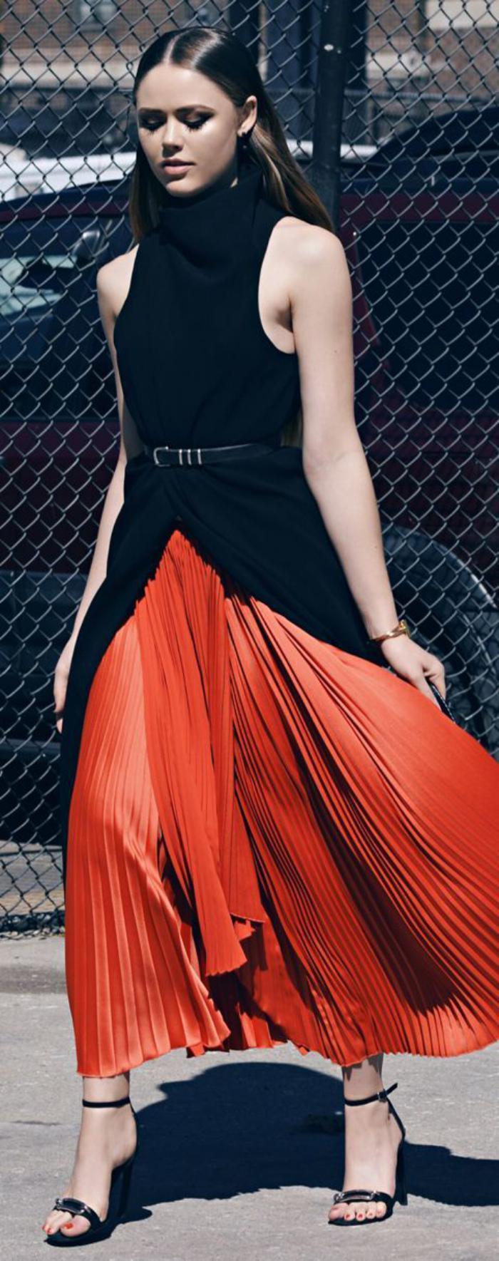 jupe-plissée-longue-et-belle-blouse-noire-avec-col-cheminée
