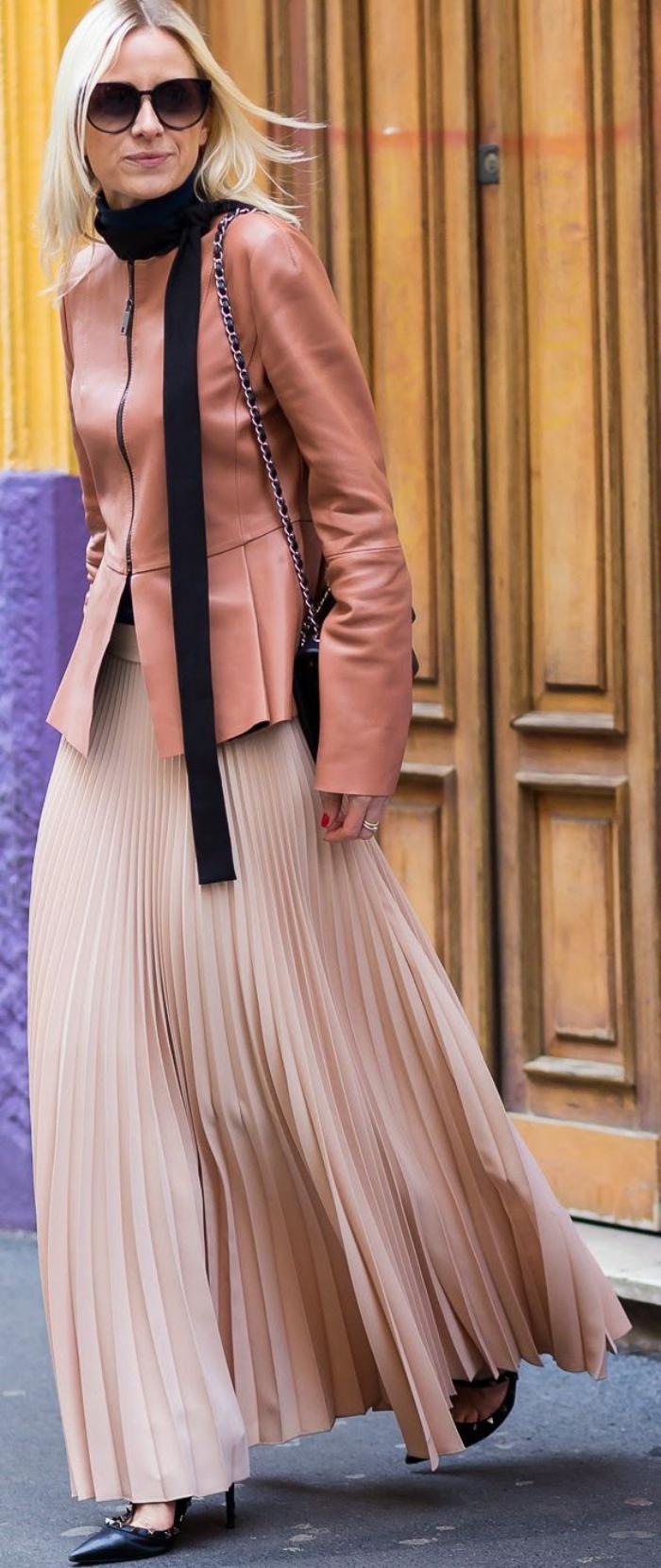 jupe-plissée-longue-et-rose-combinée-avec-manteau-rose