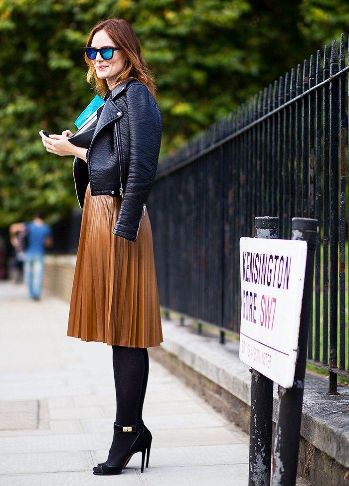 jupe-plissée-marronne-et-jolie-tenue-avec-une-veste-noire-en-cuir