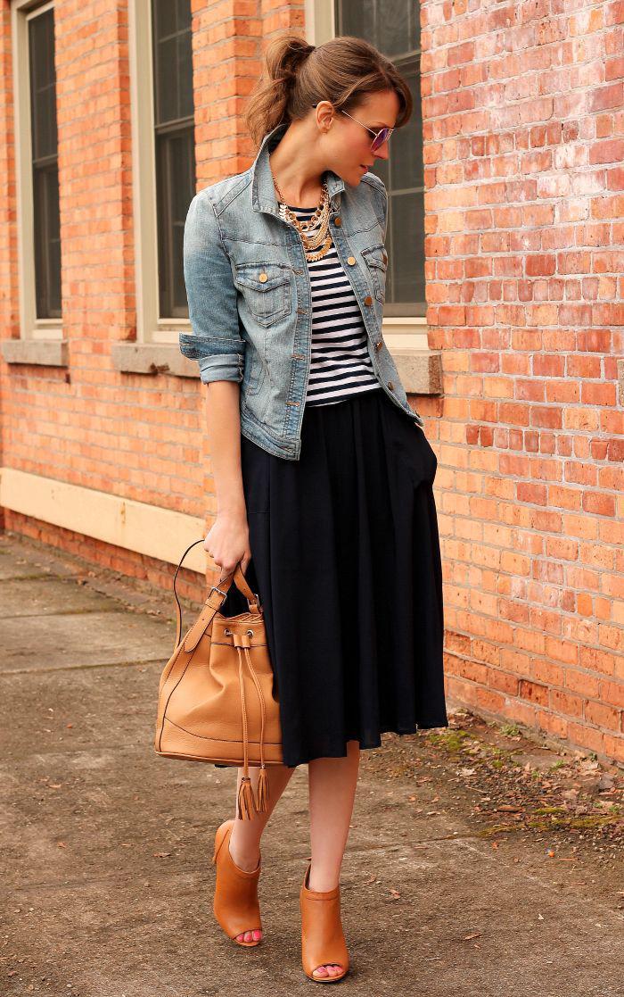 jupe-plissée-mi-longue-combinée-avec-des-bottes-et-sac-en-cuir-marron
