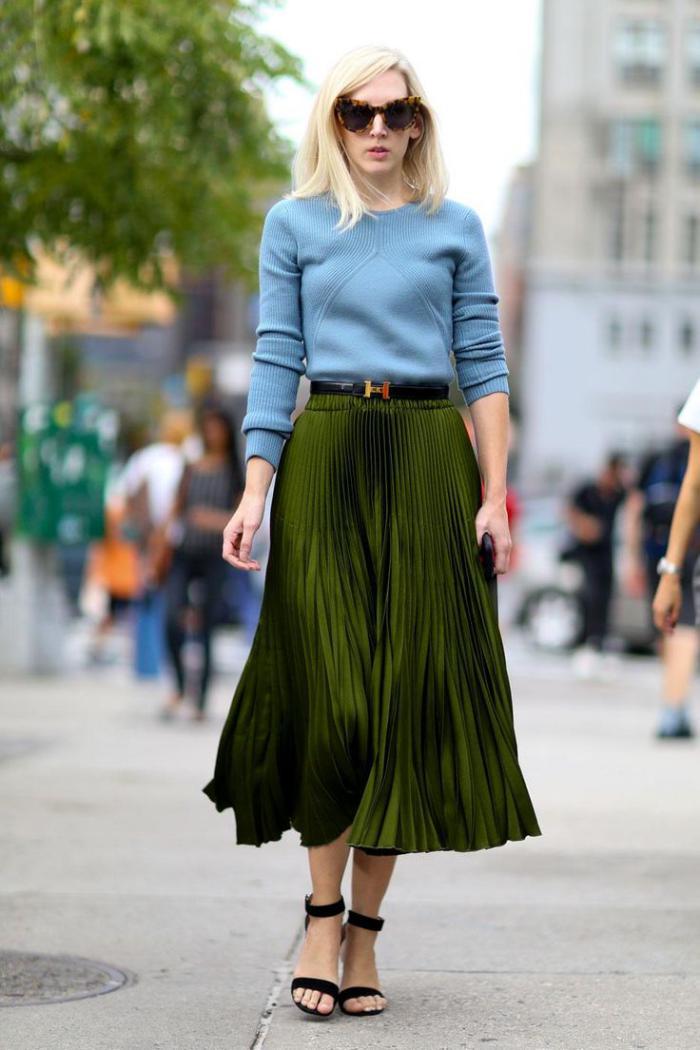 jupe-plissée-midi-longue-verte-et-blouse-bleue-originale