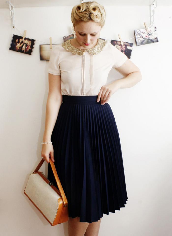 jupe-plissée-noire-et-blouse-en-couleur-crème