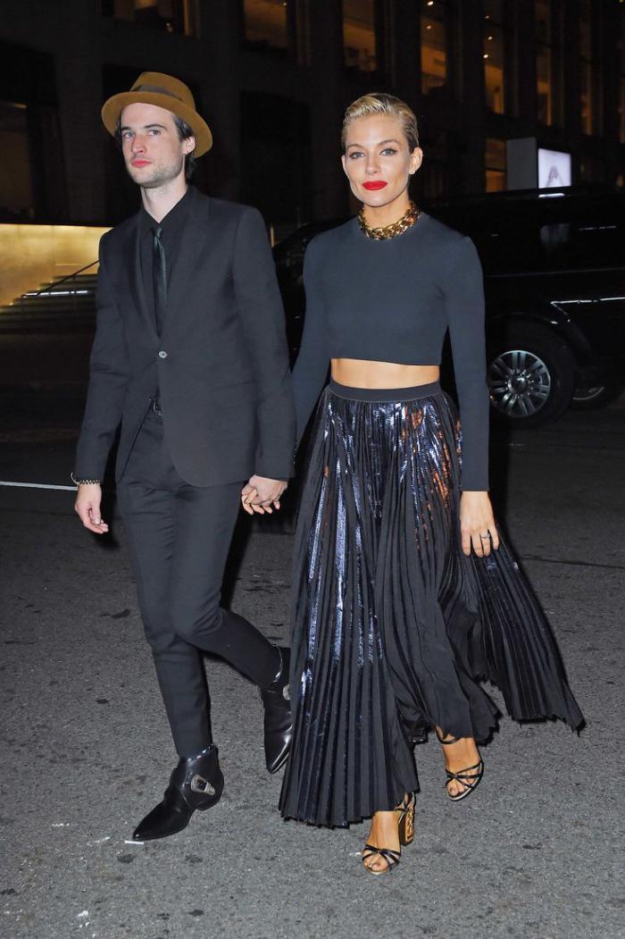 jupe-plissée-longue-noire-jolie-tenue-en-noir