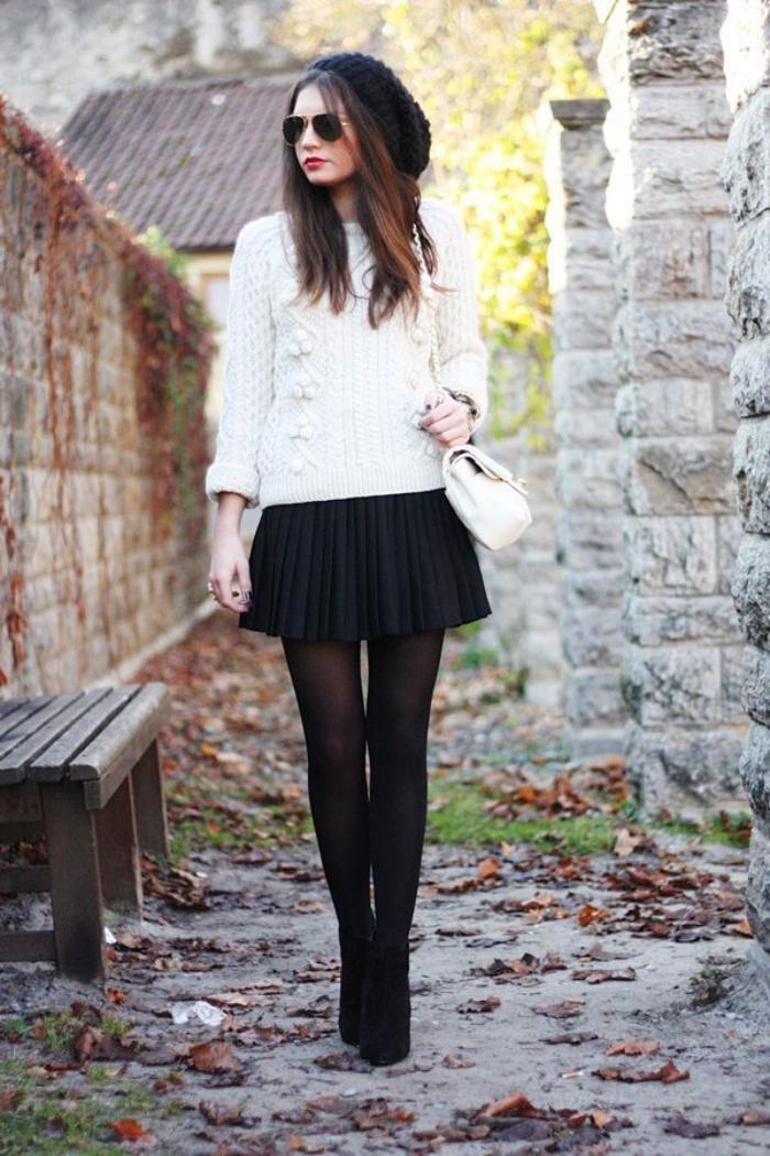 jupe-plissée-petite-jupe-ronde-portée-avec-un-pull-et-escarpins