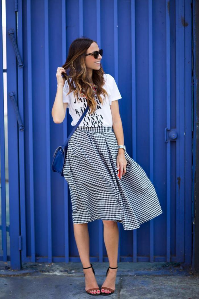jupe-plissée-petits-carrés-noirs-et-blancs-et-t-shirt-blanc