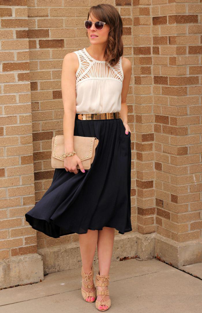 jupe-plissée-portée-avec-une-ceinture-couleur-d'or-et-maillot-de-corps-blanc